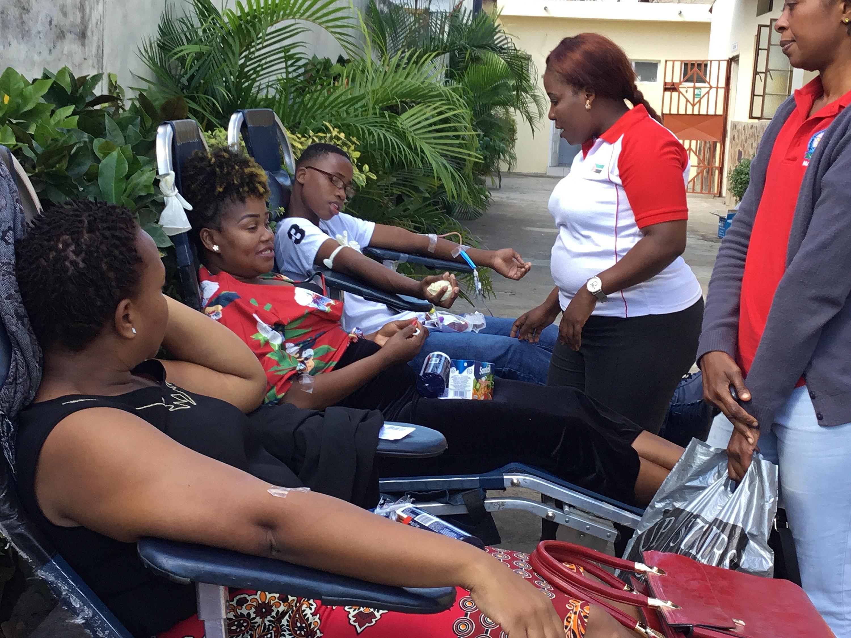 Des jeunes adultes de la Conférence annuelle du Sud Mozambique donnent du sang pour palier à une pénurie à l'hôpital général de Mavalane. Photo de João Filimone Sambo, UM News.