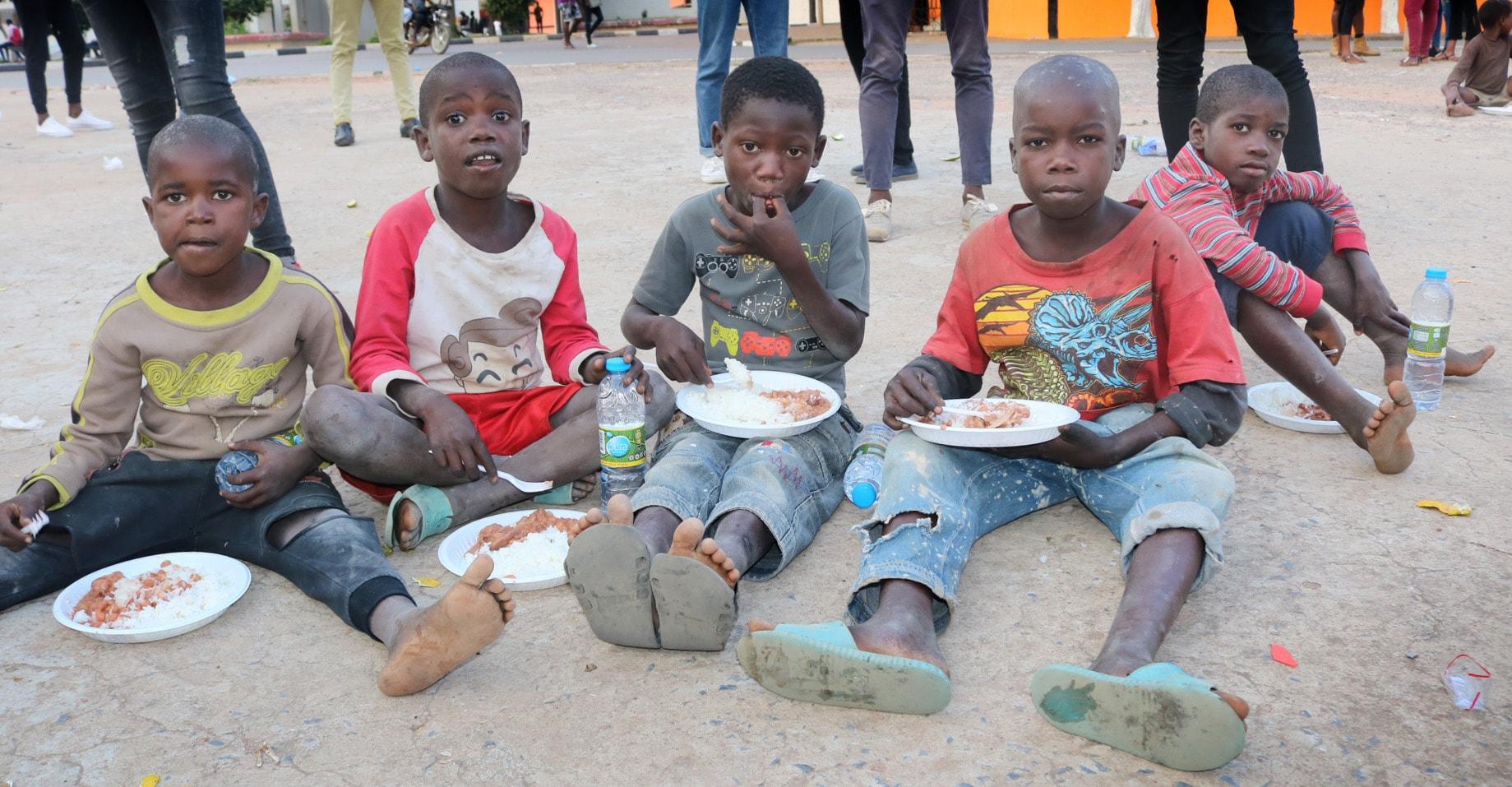 Crianças que vivem nas ruas de Malanje, Angola, desfrutam de uma refeição fornecida por jovens Metodistas Unidos durante o Dia Internacional da Criança. Foto de João Gonçalves Sofia Nhanga, Notícias MU.