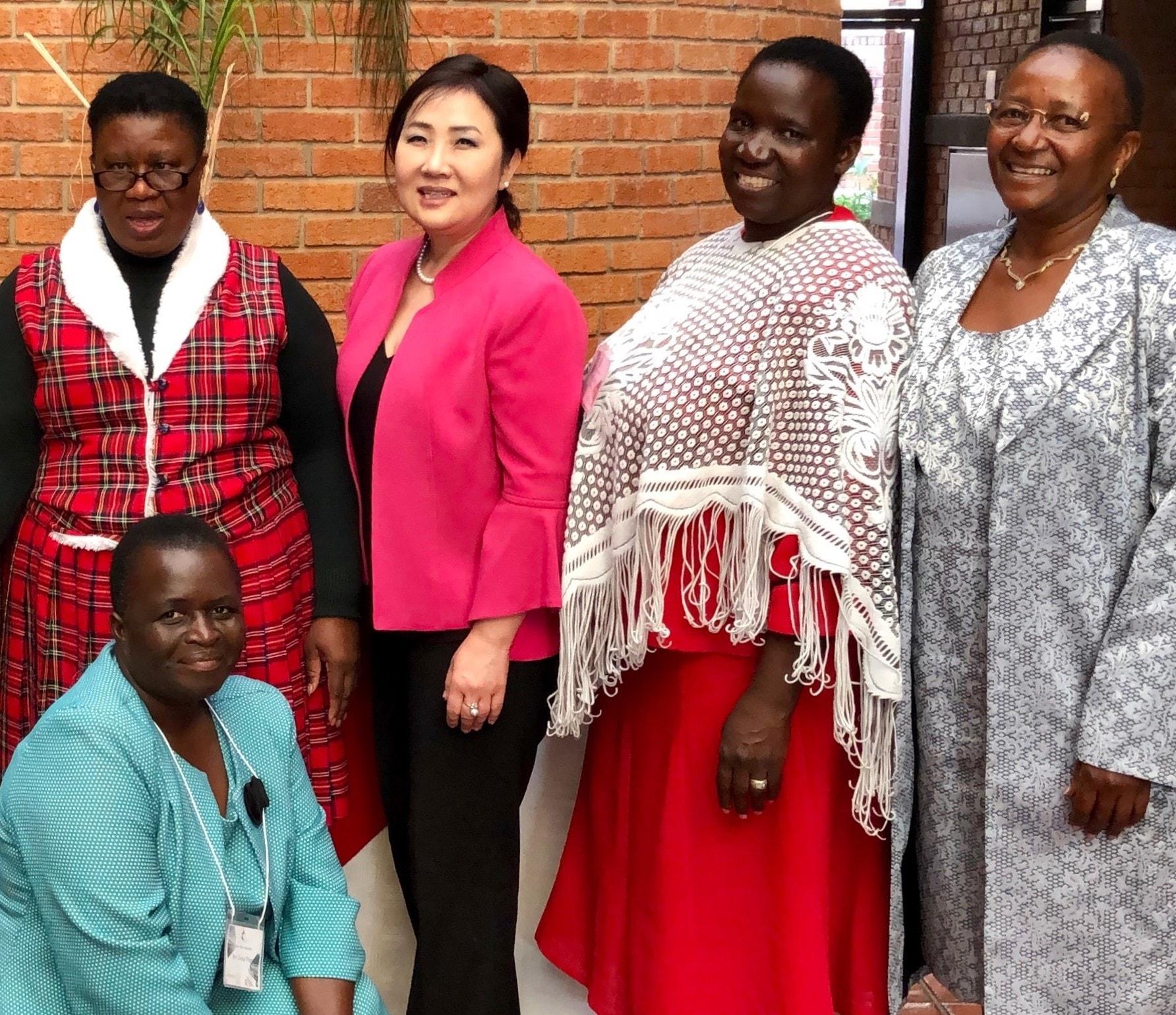 박희로 목사(뒷줄 왼쪽에서 두 번째)와 아프리카 대학교 관계자들. 앞줄 비유티 맨자니스 박사. 사진 제공, 박희로 목사(GBHEM)