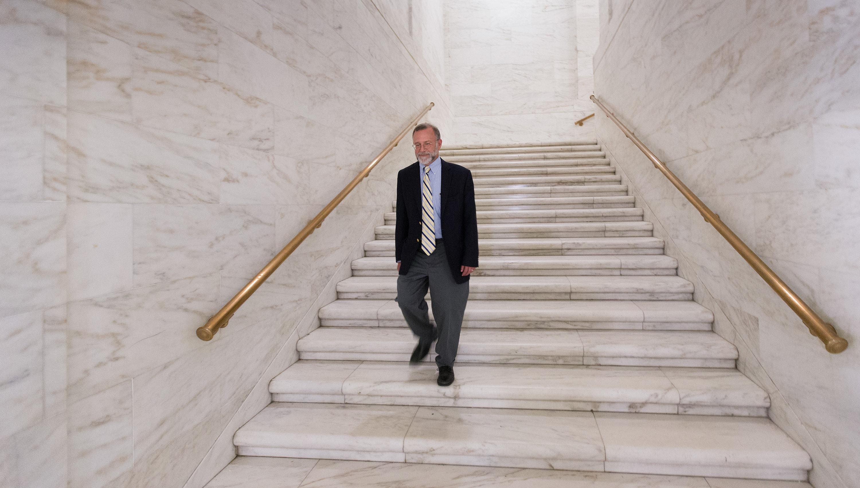 El Rev. Jeff Allen camina por el capitolio del estado de West Virginia en Charleston. Allen, director ejecutivo del Consejo de Iglesias de Virginia Occidental, dice que es importante que la comunidad de fe sea escuchada en asuntos de política pública. Foto de Mike DuBose, Noticias MU.
