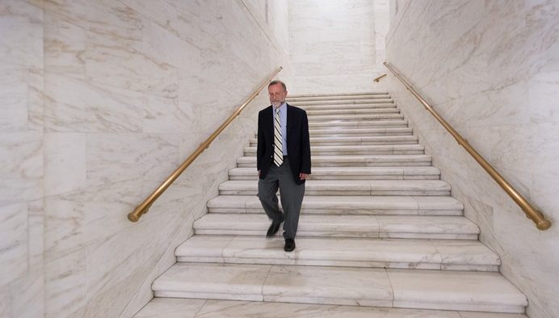 Rev. Jeff Allen caminha pelo Capitólio do Estado da Virgínia Ocidental, em Charleston. Allen, diretor executivo do Conselho de Igrejas da Virgínia Ocidental, diz que é importante que a comunidade de fé seja ouvida em questões de políticas públicas. Foto por Mike DuBose, Noticias MU.