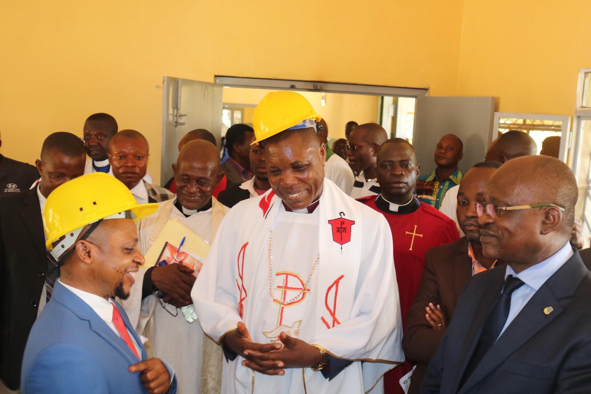 Quelques personnalités ayant procédé au lancement de la réhabilitation de l'hôpital. A partir de la gauche, l'honorable Charles Pungu Dimandja (en chapeau), Président de l'Assemblée provinciale du Sankuru, l'Evêque Daniel Lunge Onashuyaka, et le Dr. Luseke qui a fait don de 10 lits VIP à l'hôpital (en lunettes). Photo de François Omanyondo, UM News.