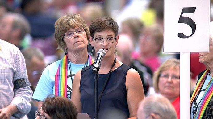 """A Rev. Anna Blaedel (no microfone) fala durante a Conferência Anual de Iowa em junho de 2016. Blaedel está enfrentando um julgamento da igreja depois de ser acusado sob a proibição contra a ordenação de um """"homossexual praticante auto declarado"""". Foto de arquivo por Arthur McClanahan, Iowa Conferência."""