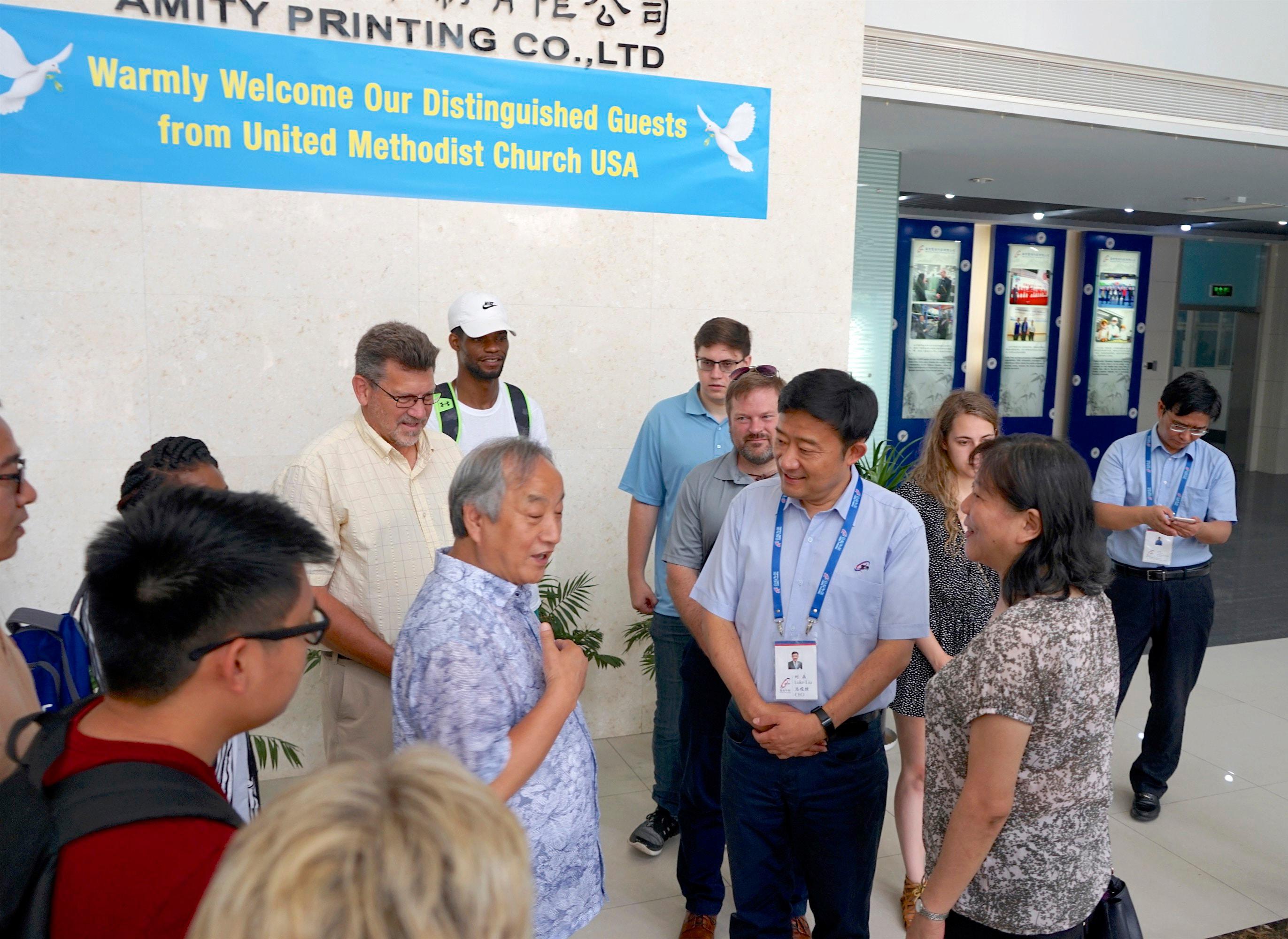 위스콘신연회 정희수 감독(왼쪽 중앙)이 연합감리교회 중북부와 동북부지역총회 단기선교팀이 중국을 방문하는 동안 중국 난징의 애덕출판사(Amity Printing Press) 직원들과 이야기를 나누고 있다. 다가오는 11월, 애덕출판사는 2억 권째 성경을 인쇄할 예정이며, 정 감독은 이 행사에 지도자 중 한 명이다. 사진 제공, 데이빗 뉴하우스 목사.