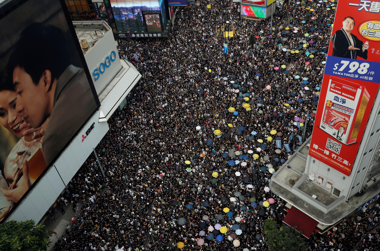 Manifestantes contra a extradição para a China marcham para pedir reformas democráticas em Hong Kong. Foto cedida por Tyrone Siu, Agência Reuters.