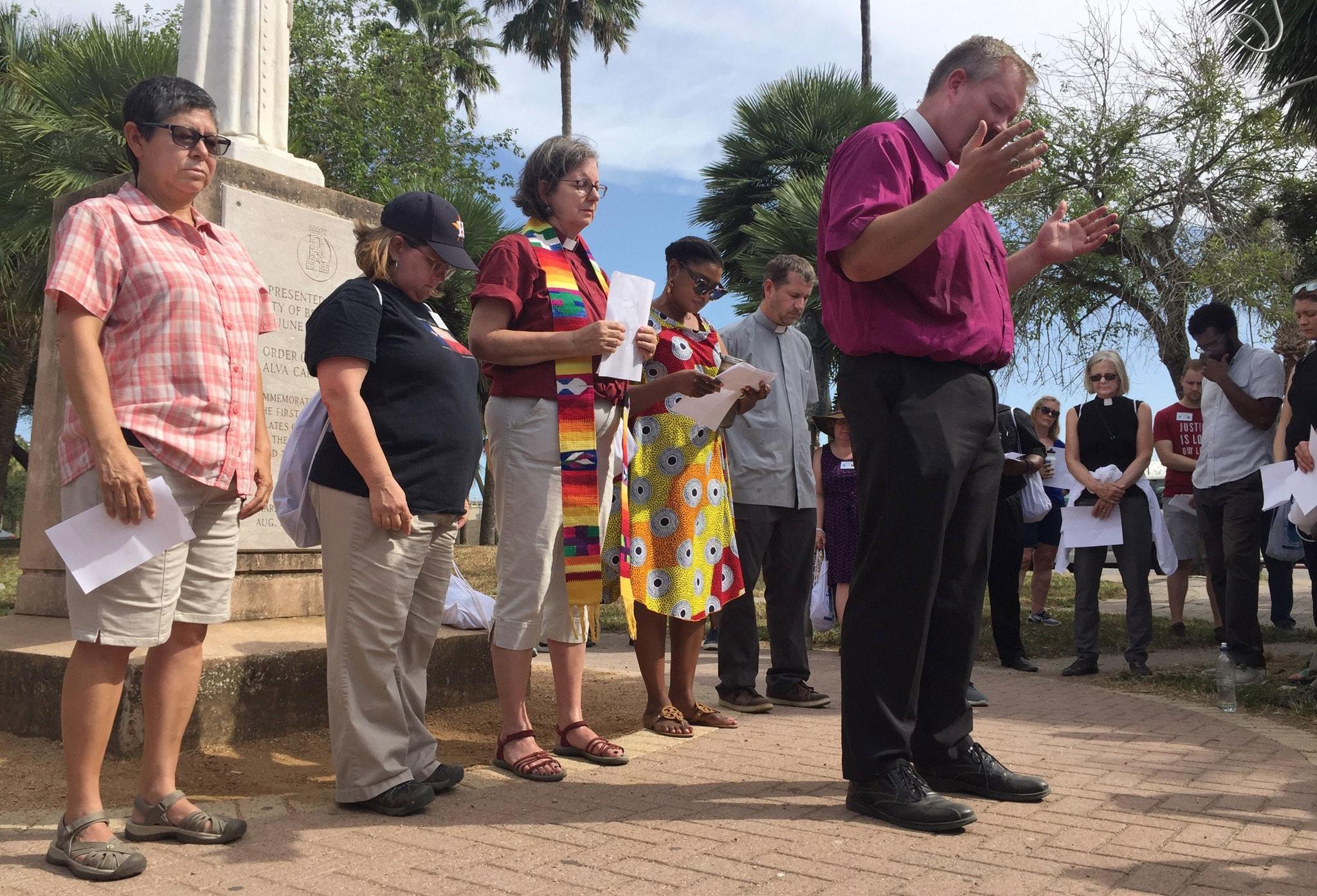 Un grupo ecuménico celebra una vigilia de oración en la frontera entre Tejas y México. Los/as metodistas unidos/as eran parte de un grupo de más de 100 personas que pasaron parte del fin de semana del Día del Trabajo en la frontera y cruzaron a Matamoros, México, para visitar a las personas de Centroamérica, y de otras latitudes, que se encuentran allí en buscan asilo en los Estados Unidos. Foto cortesía de Texas Impact.