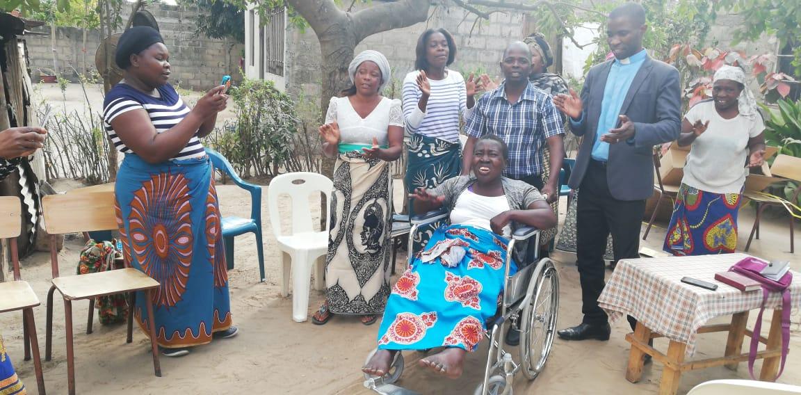 Angelina Hele acaba de receber a cadeira de rodas num apoio da parceria Mocambique -Missouri em Agosto