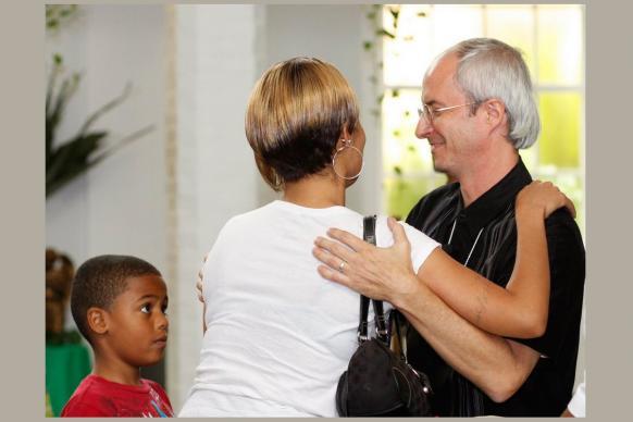 O Rev. Shawn Moses (à direita) da Igreja Metodista Unida da Primeira Graça, Nova Orleans, recebe uma nova família que se junta à igreja. Foto de Kathy L. Gilbert, Notícias MU.