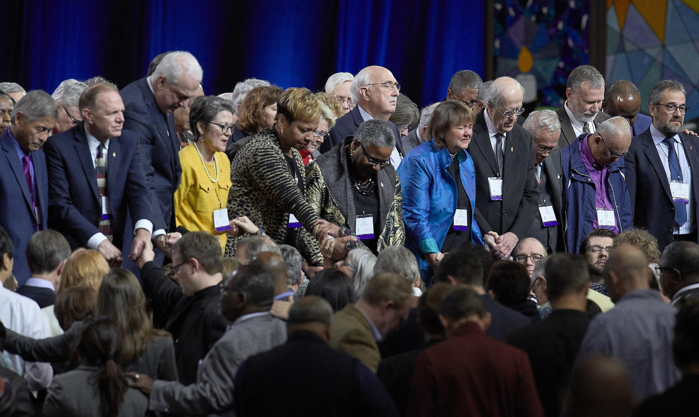 2월 26일 세인트루이스에서 열린 연합감리교회 특별총회에서 동성애에 관한 교회 정책의 주요 투표를 앞두고 연합감리교 감독들과 대의원들이 무대 앞에서 기도하고 있다. 사진, 폴 제프리, 연합감리교뉴스.