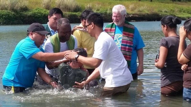 Les Méthodistes Unis baptisent les personnes quel que soit leur âge ou l'état dans lequel elles présentent pour le baptême. Il n'est jamais trop tôt ni trop tard pour entamer la marche avec Christ. Photo du révérend Joey Galinato.