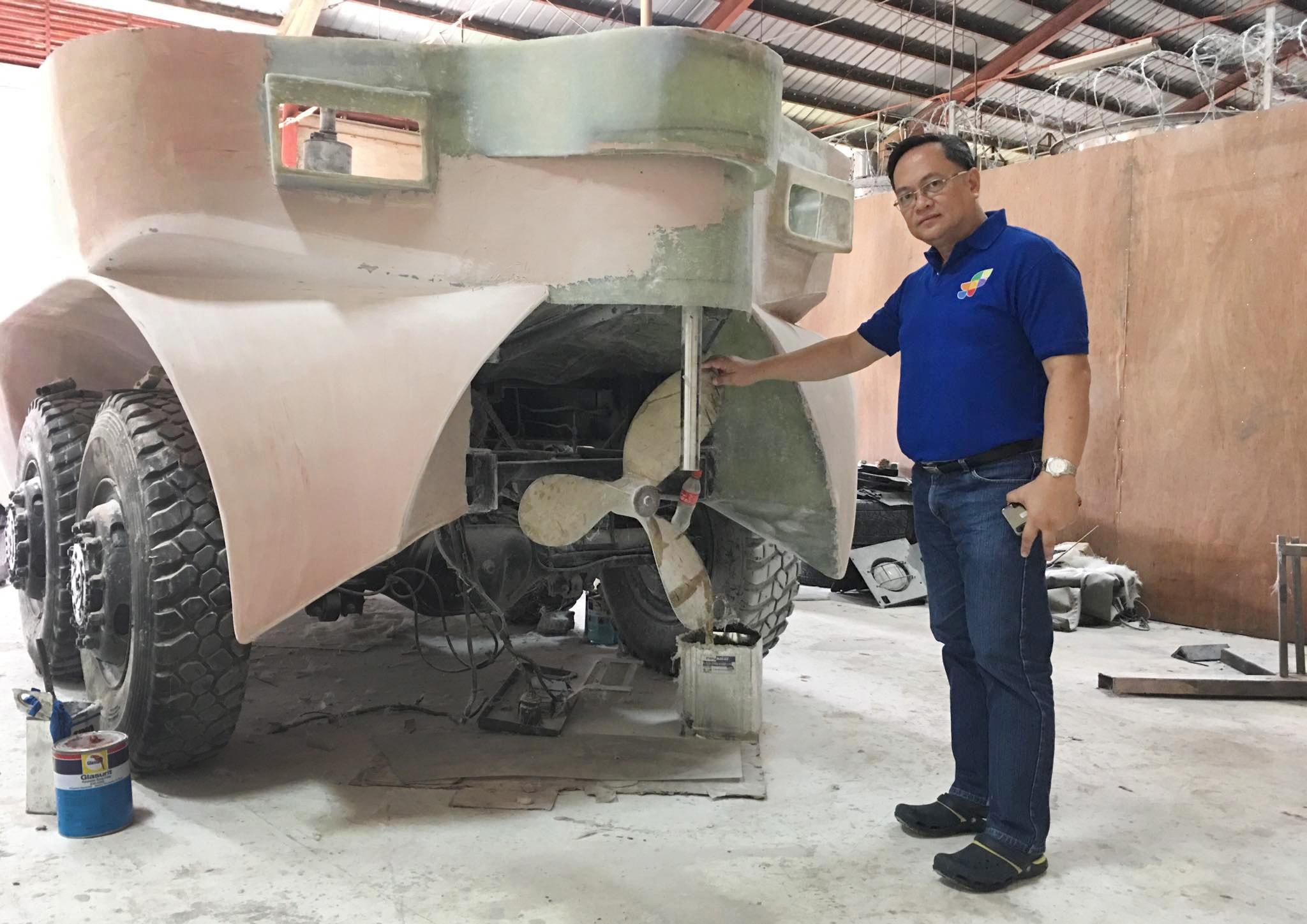 Julius Caesar V. Sicat, diretor regional do Departamento de Ciência e Tecnologia das Filipinas, defende um protótipo de veículo de resgate anfíbio projetado para salvar vidas em caso de grandes inundações.Foto cedida por Ryan de Lara.