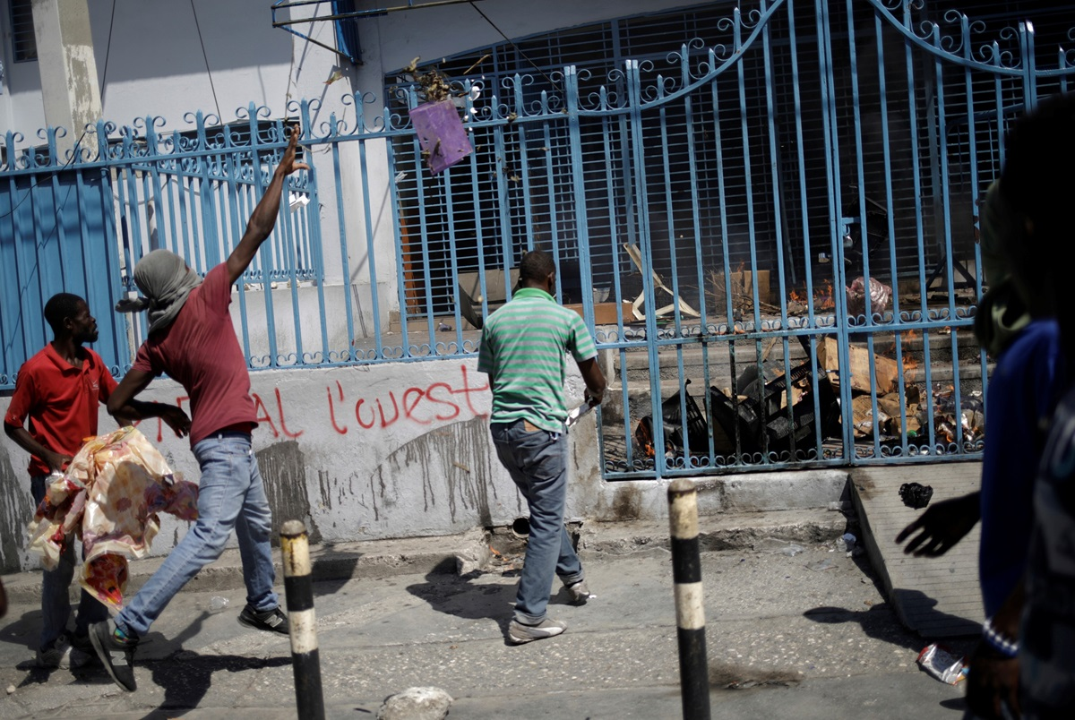 Protesters throw garbage at the entrance of the Immigration and Emigration Direction nel Moise, in the streets of Port-au-Prince, Haiti, October 28, 2019. REUTERS/Andres Martinez Casares.