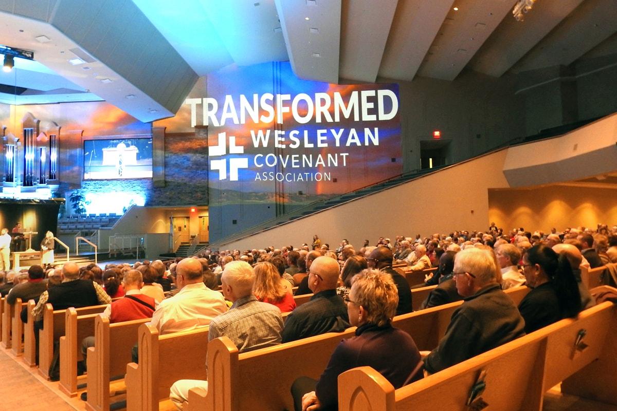 """La Asociación Pacto Wesleyano ha publicado el primer borrador del """"Proyecto de Libro de Doctrinas y Disciplina para una Nueva Iglesia Metodista"""". El documento, un libro de reglas propuestas para una nueva denominación salida de La Iglesia Metodista Unida, se presentó el 9 de noviembre en la Iglesia metodista unida Asbury en Tulsa, Oklahoma, durante la reunión global de la asociación. Foto de Sam Hodges, Noticias MU""""."""