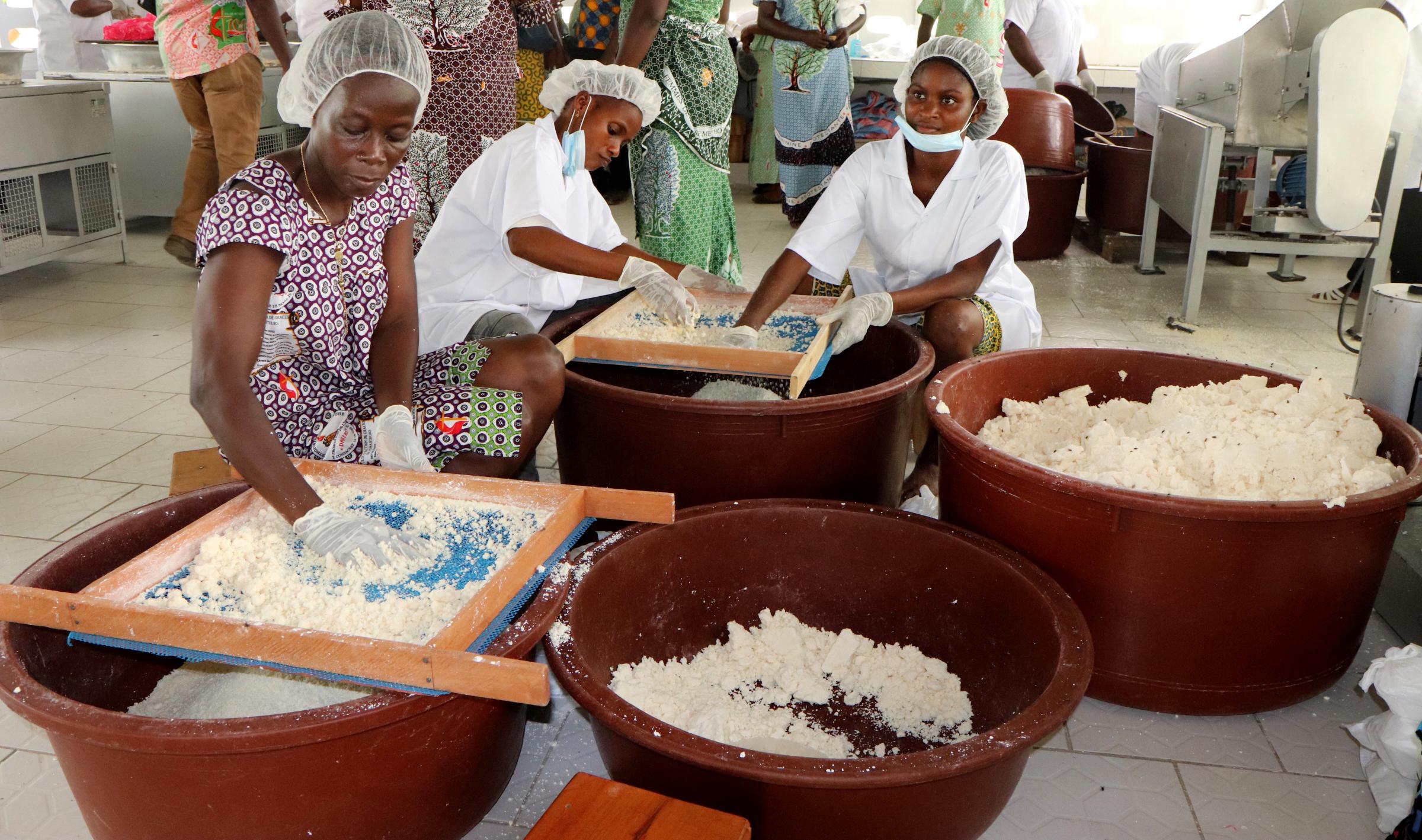 Des femmes Méthodistes Unies transforment les tubercules de manioc en attiéké, un plat traditionnel ivoirien, dans une nouvelle usine de transformation semi-mécanisée à Anyama, en Côte d'Ivoire. Un don de 200 000 dollars de UMCOR a contribué à financer l'usine de production. Photo de Isaac Broune, UM News.