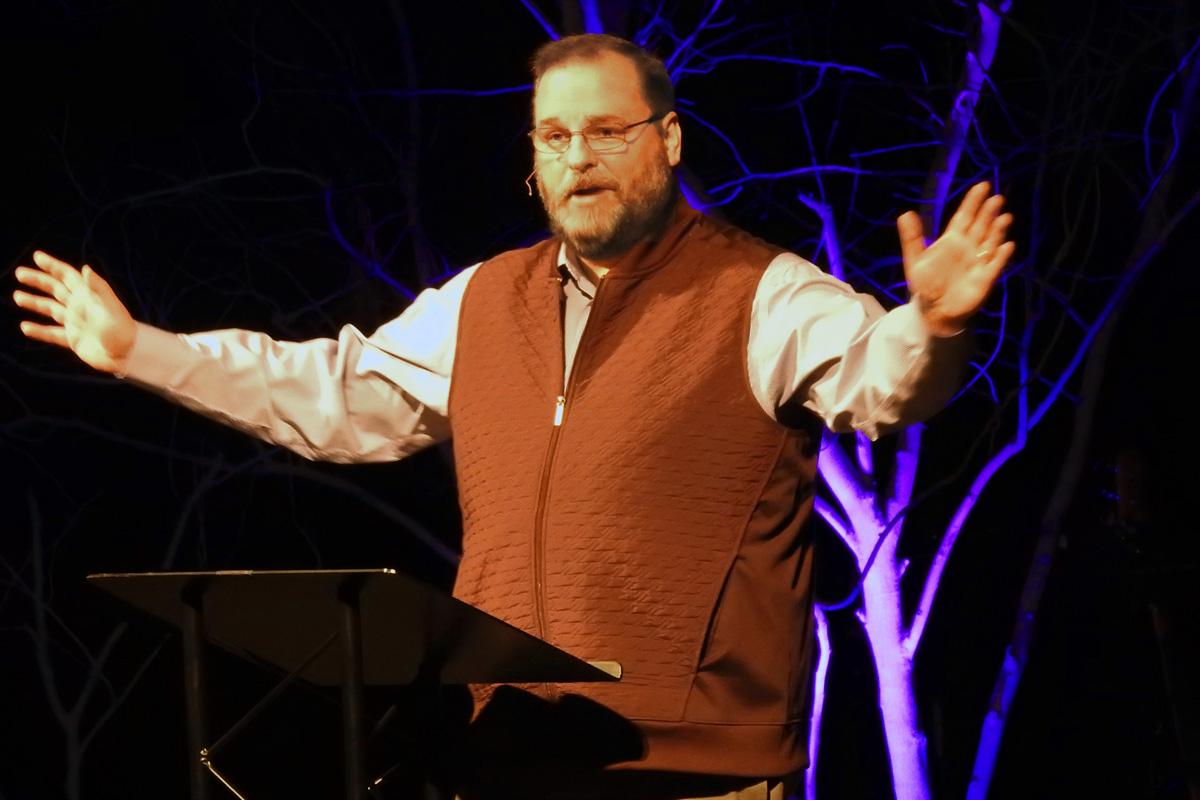 """O Rev. Chris Ritter discursa em uma reunião em 25 de janeiro de Metodistas Unidos tradicionalistas, realizada em Trussville, Alabama. A discussão focou na perspectiva de uma nova denominação para os tradicionalistas e nos detalhes de um """"Protocolo de Reconciliação e Graça Através da Separação"""". Foto de Sam Hodges, Notícias MU."""