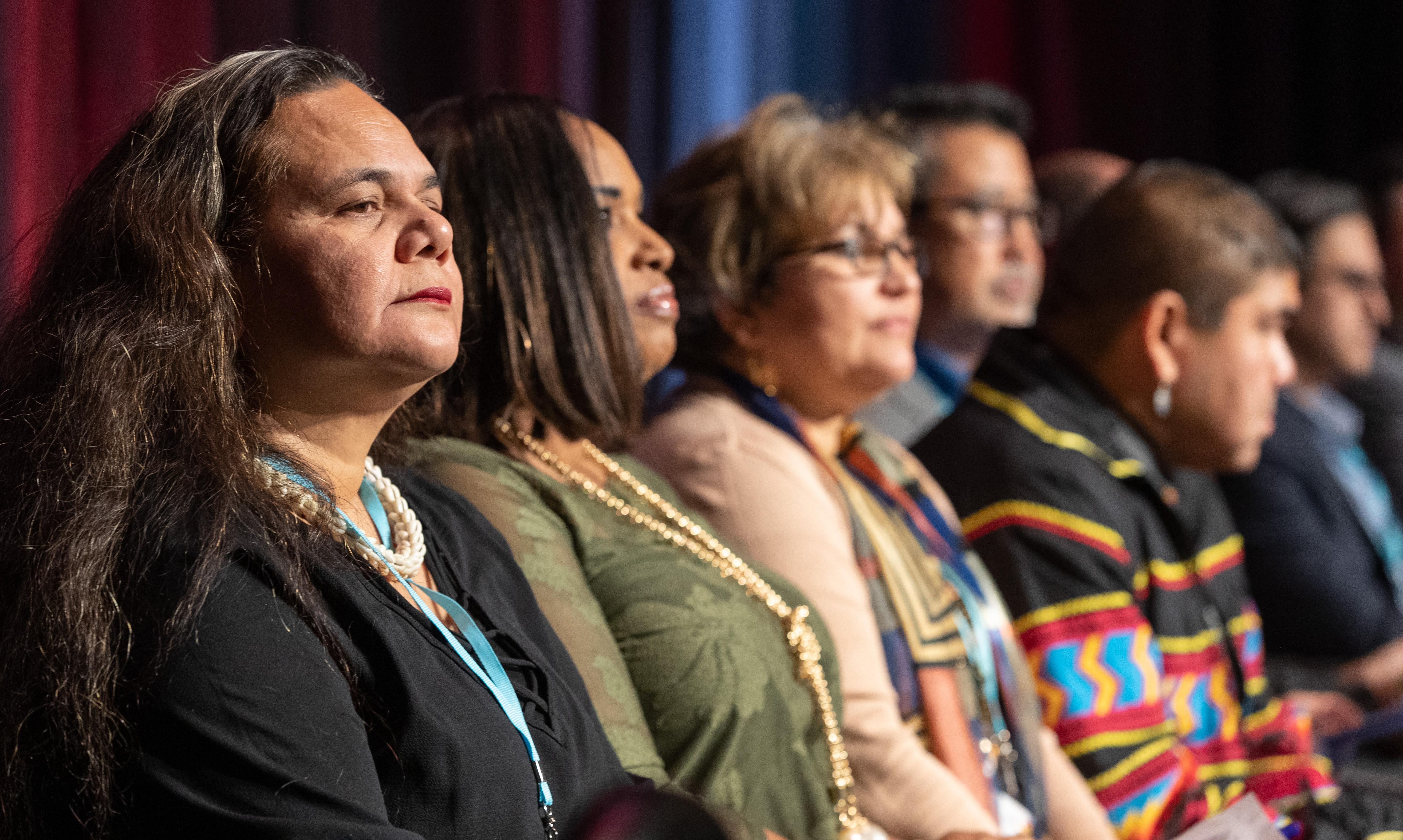 À esquerda, Monalisa Tuitahi, diretora executiva do Conselho Nacional das Comunidades das Ilhas do Pacífico e outros representantes das iniciativas étnicas da Igreja Metodista Unida, vê um vídeo sobre o trabalho das iniciativas durante a reunião de informações da Pré-Conferência Geral de 2020 em Nashville , Tennessee. Foto de Mike DuBose, Notícias MU.
