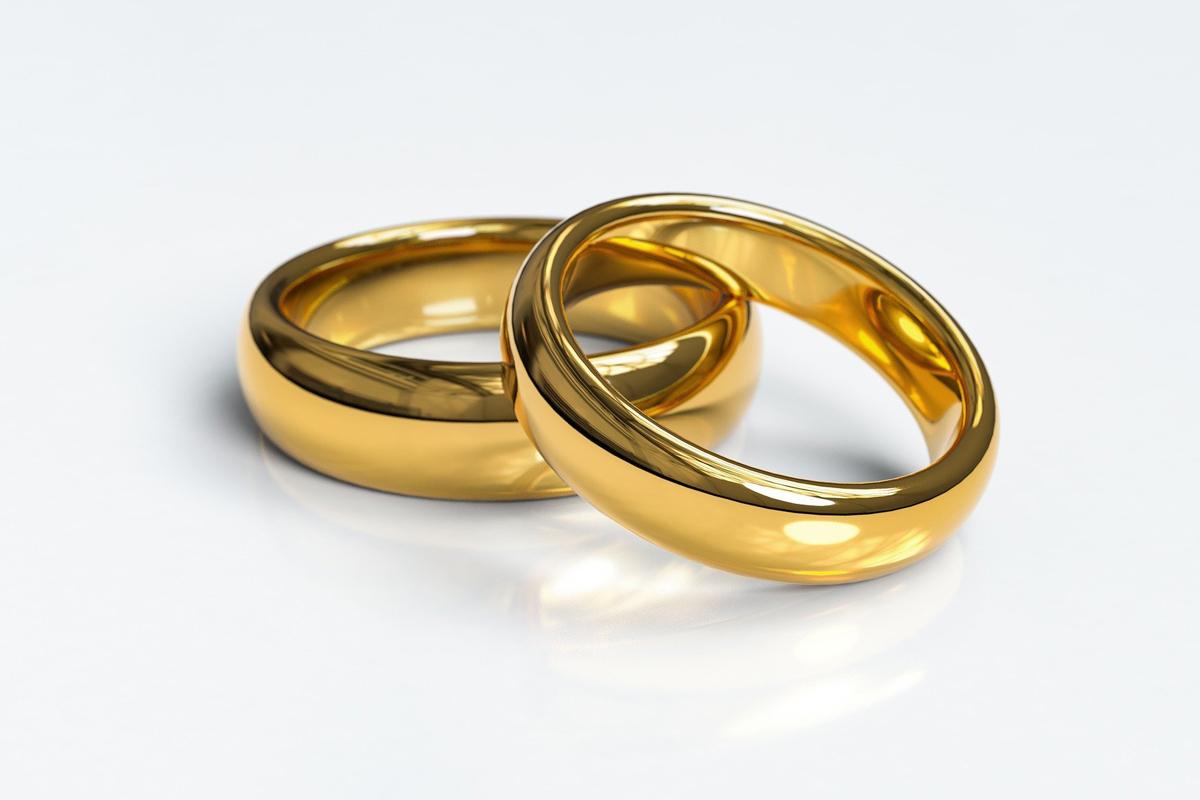 """Dois anéis simbolizam a união do casamento. Pelo menos 466 clérigos metodistas unidos concordaram em fazer parte do grupo """"Ritos matrimoniais"""", cujo objetivo é conectar casais LGBTQ com metodistas unidos e licenciados para oficiar casamentos, sejam eles clérigos ou leigos. Foto cortesia de Arek Socha, Pixabay."""