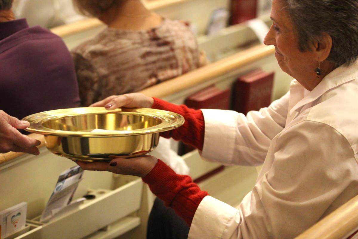Una mujer sostiene un plato de ofrenda durante un servicio en la Iglesia Metodista Unida (IMU) de Boise en Idaho. En 2019, las tasas de recaudación en la IMU cayeron por debajo de los últimos años, pero la caída no fue tan fuerte como se había previsto inicialmente. Foto cortesía del Departamento de Mercadeo, Comunicaciones Metodistas Unidas (UMC). Methodist Communications