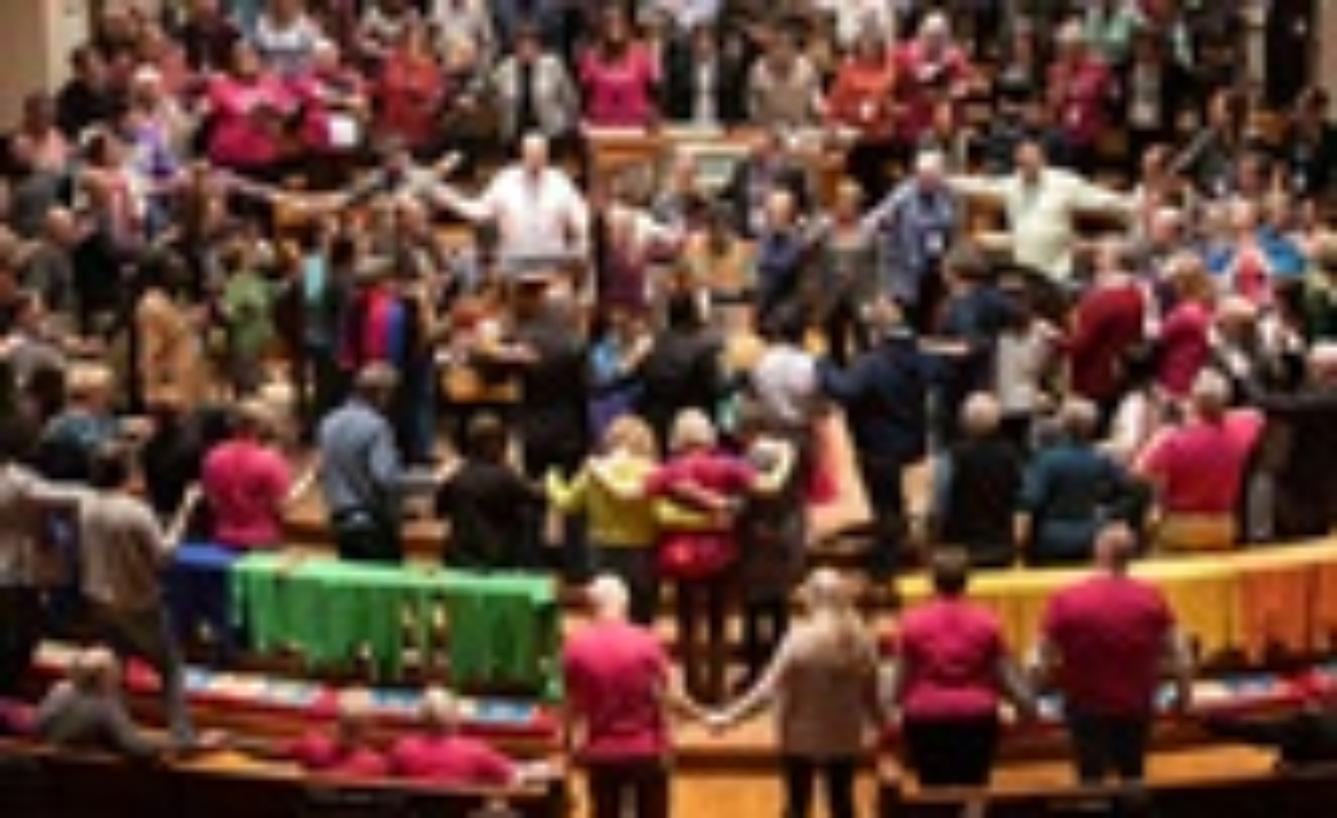 Os participantes e convidados da convocação da Rede de Ministérios de Reconciliação oram juntos no altar da Igreja Metodista Unida de Belmont, em Nashville, Tennessee. Os Metodistas Unidos LGBTQ e seus aliados expressaram esperança de que uma proposta para separar a denominação possa pavimentar o caminho para acabar com o que consideram discriminação. Foto de Mike DuBose, Notícias MU.