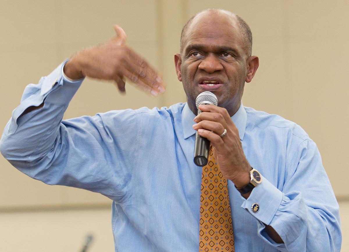 O reverendo Kirbyjon Caldwell lidera um estudo bíblico na Igreja Metodista Unida de Windsor Village, em Houston, em 2011. Caldwell se declarou culpado quarta-feira, 11 de março de 2020, de conspiração para cometer uma fraude eletrônica. Foto de arquivo por Mike DuBose, Notícias MU.