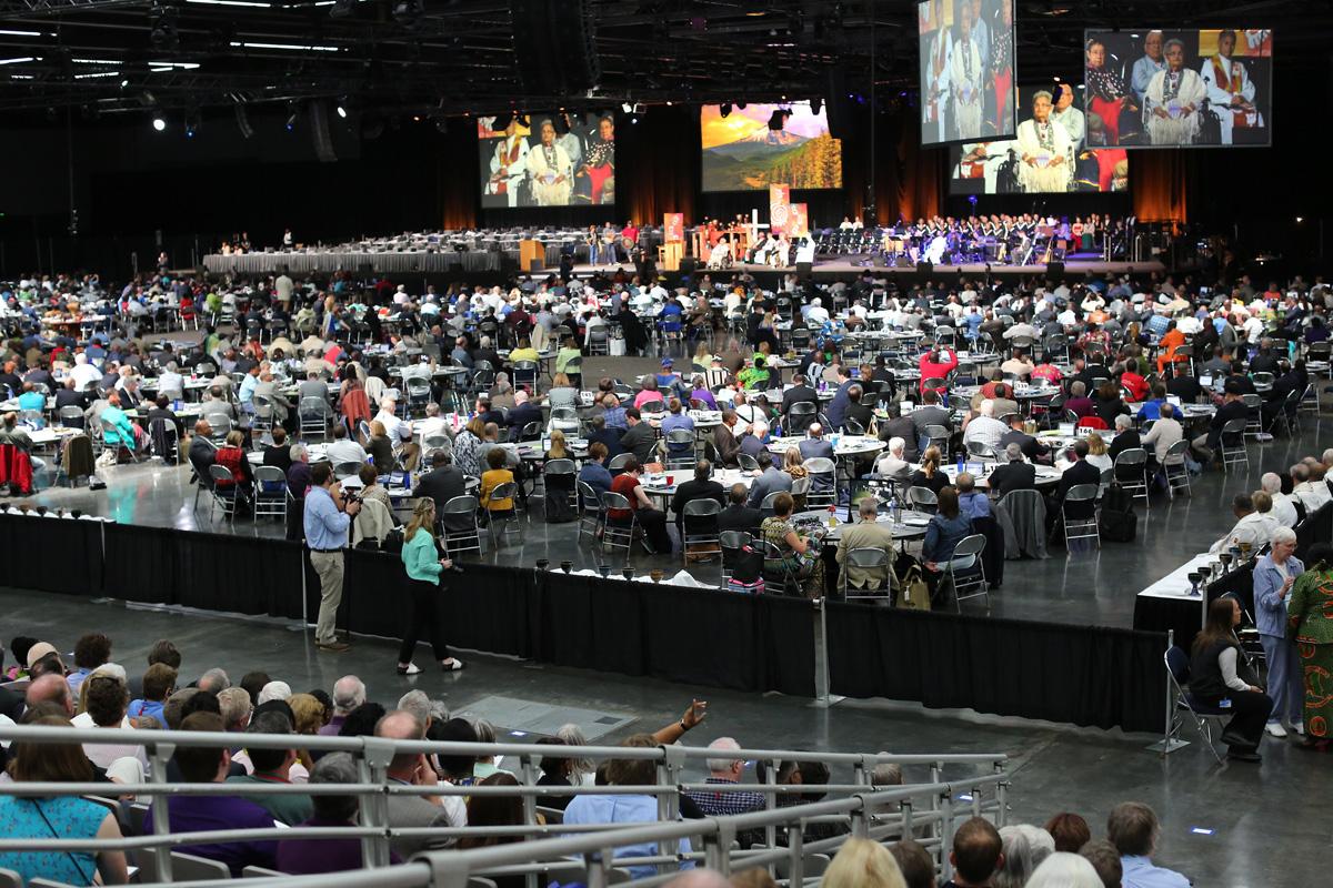 A adoração cheia de muitas línguas e cores abriu a Conferência Geral Metodista Unida de 2016 em Portland, Oregon. Com a pandemia de coronavírus ameaçando vidas em todo o mundo, os bispos estão pedindo um adiamento da Conferência Geral de 2020. Foto de arquivo de Kathleen Barry, UM News.