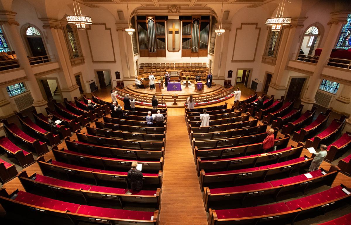 Membros e líderes da Igreja Metodista Unida Belmont, em Nashville, Tennessee, adoram em um santuário quase vazio no domingo, 15 de março de 2020, depois que a liderança da igreja incentivou as pessoas a adorarem em casa através de transmissão ao vivo em vídeo em resposta ao coronavírus. Foto de Mike DuBose, Notícias MU.