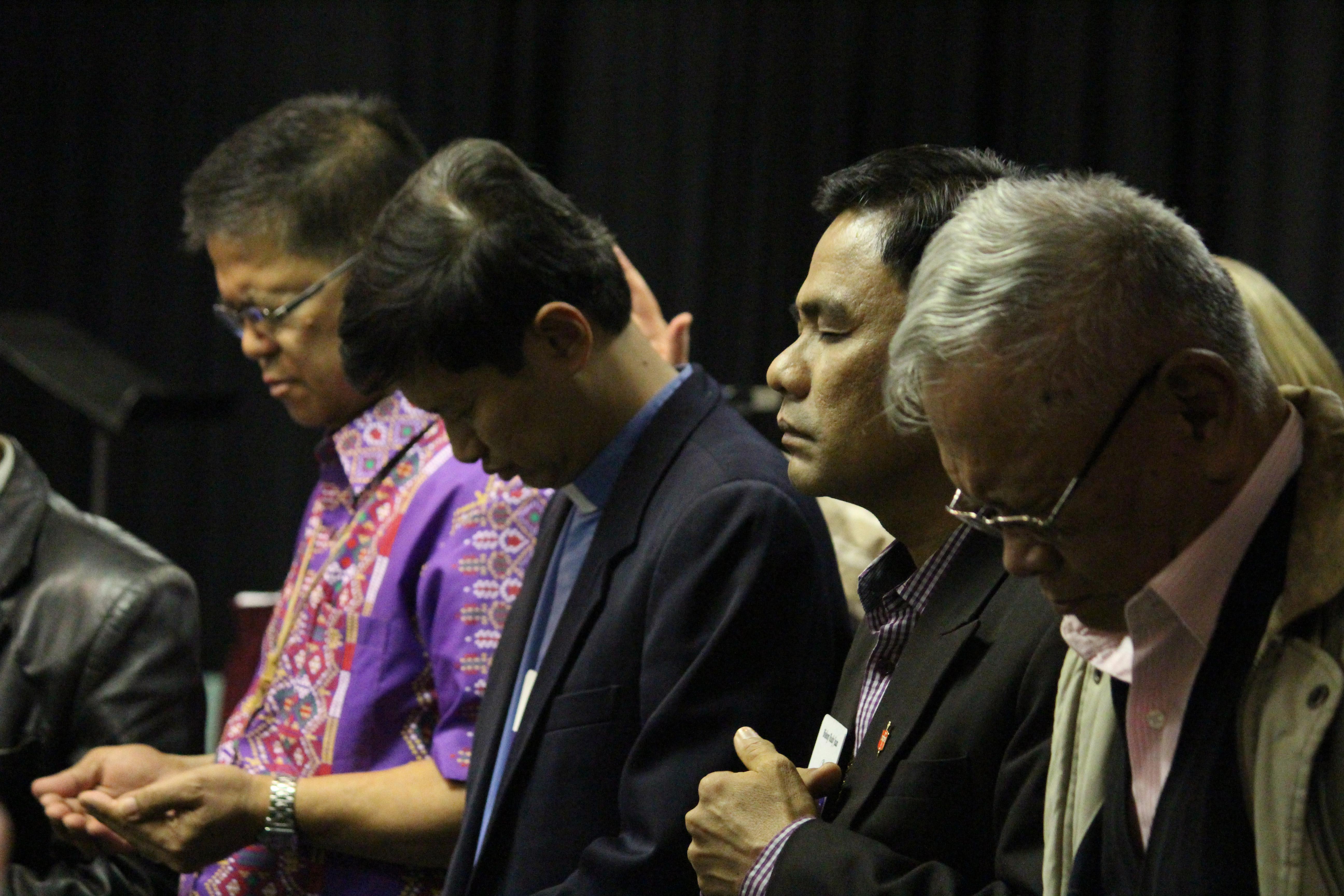 Los obispos filipinos Ciriaco Q. Francisco (izquierda), Pedro Torio Jr., Rodolfo A. Juan y Emerito Nacpil (retirado) oran durante una reunión en 2013 del Concilio de Obispos/as. En respuesta al coronavirus, los/as obispos/as activos pospusieron indefinidamente las sesiones de 17 conferencias anuales en Filipinas. Foto de archivo: Andrew Jensen.